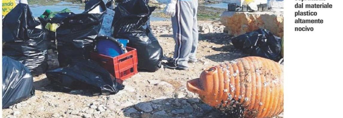 Tanta plastica galleggiante è il pericolo di mare e litorali . Allarme plastica mare e litorali a rischio