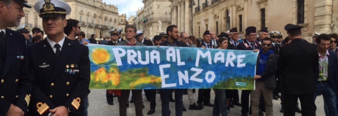 """La Sicilia – Siracusa ha dato l ` ultimo saluto al """" re degli abissi """" : «Addio campione»"""