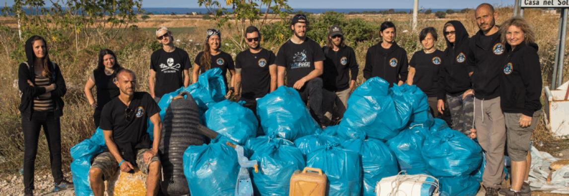Volontari puliscono la costa