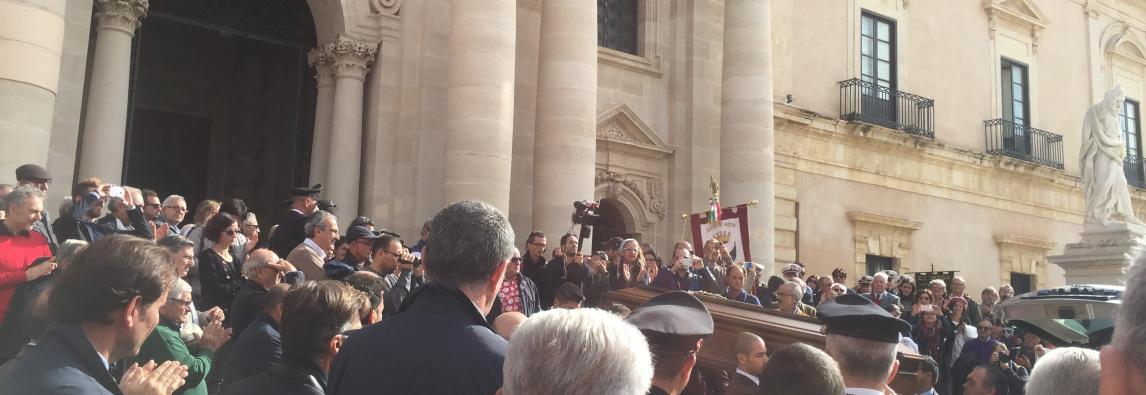 Il rito funebre, i ricordi, il corteo Siracusa saluta il suo campione = «Prua a mare» Addio campione