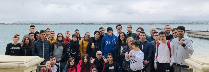 Studenti dell'Alberghiero ripuliscono Spiaggetta Aretusa